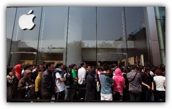 Очередь к белому iPhone 4 в Пекине